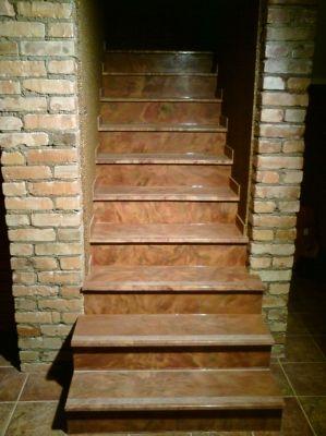 Kāpnes ar pretslīdēšanas joslu